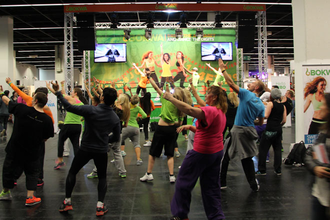 Aber auch andere Workouts, bei denen Tanz und Fitness verbunden werden, sind auf dem Vormarsch. So wie Bokwa, bei dem Tanz mit Kickboxen kombiniert wird.