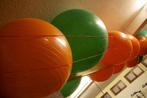 Zum Gesundheitstraining gehören auch die klassischen Gymnastikbälle.